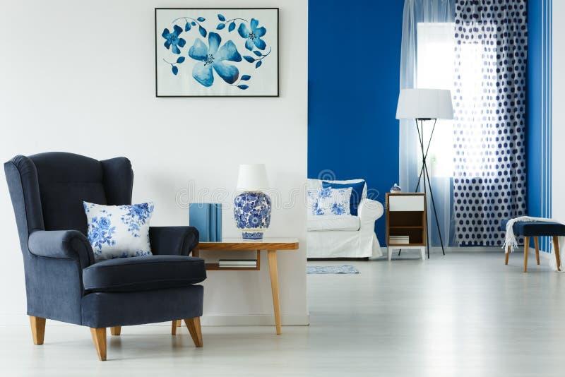 Woonkamer met modieus meubilair stock fotografie
