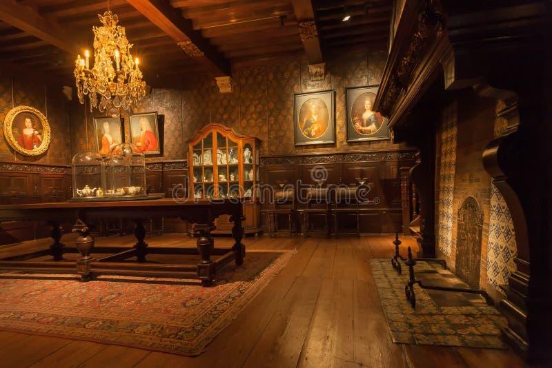 Woonkamer met open haard en houten meubilair in drukmuseum van plantin-Moretus, Unesco-de Plaats van de Werelderfenis royalty-vrije stock foto
