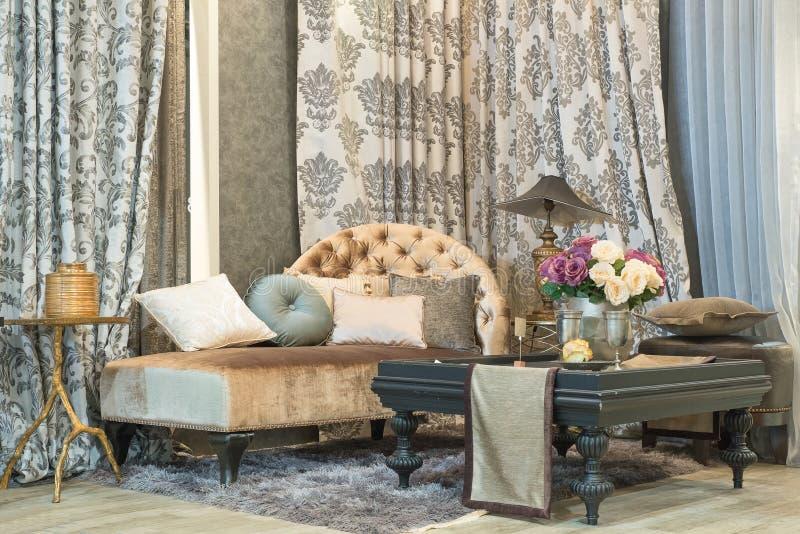 Woonkamer met schrijver uit de klassieke oudheid die bank, luxurylgordijnen, lamp kijken stock afbeelding