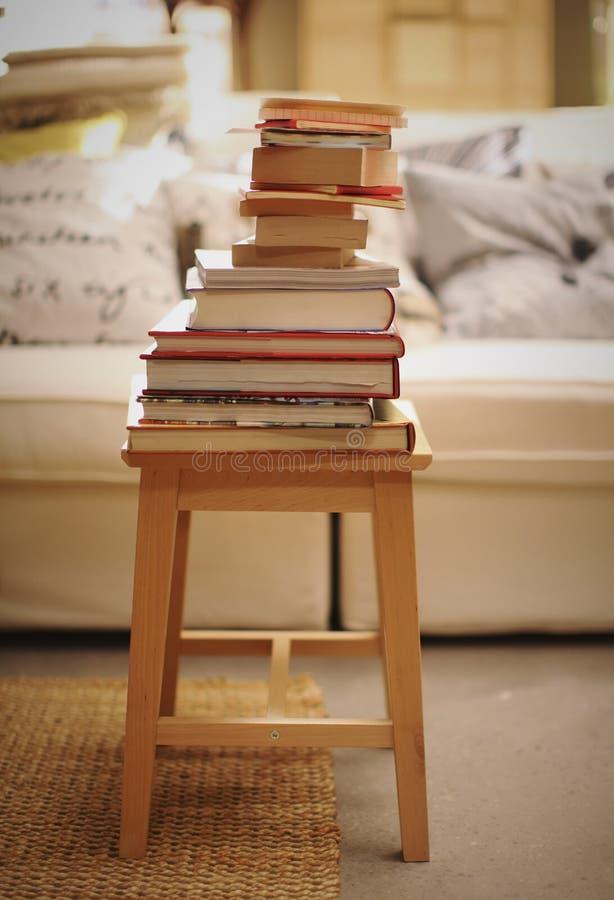 Woonkamer met stapel van boeken stock afbeeldingen