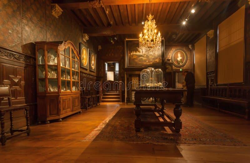 Woonkamer met uitstekende kroonluchter en antiek meubilair in drukmuseum van plantin-Moretus, Unesco-Erfenisplaats stock foto's