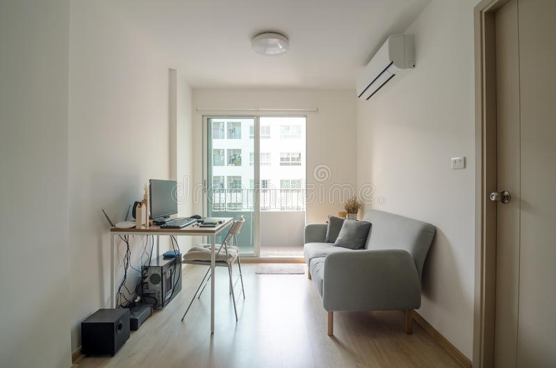 Woonkamer met werkplaats in flat royalty-vrije stock foto