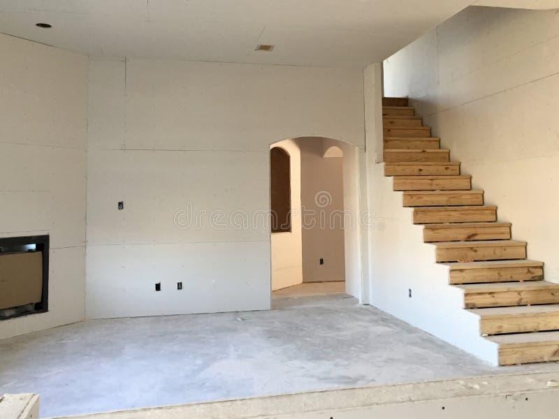 Woonkamer in nieuw huis in aanbouw royalty-vrije stock afbeelding