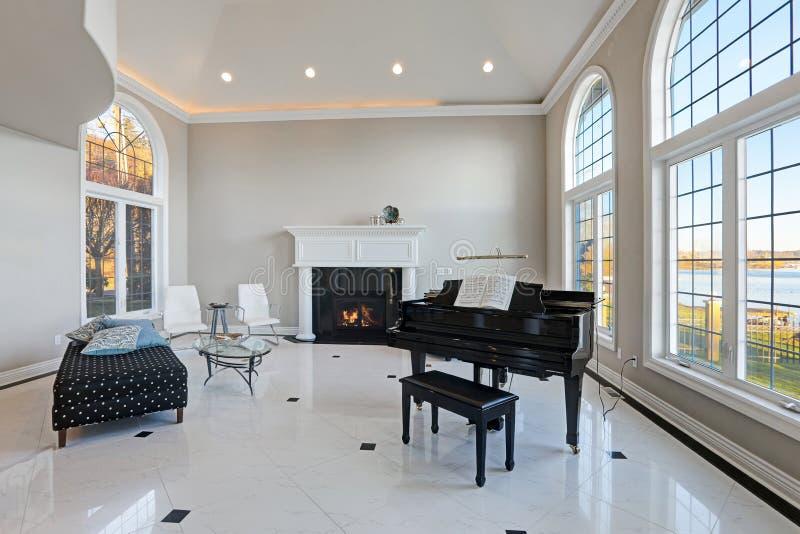 Woonkamer van het luxe de hoge plafond met marmeren vloer royalty-vrije stock foto