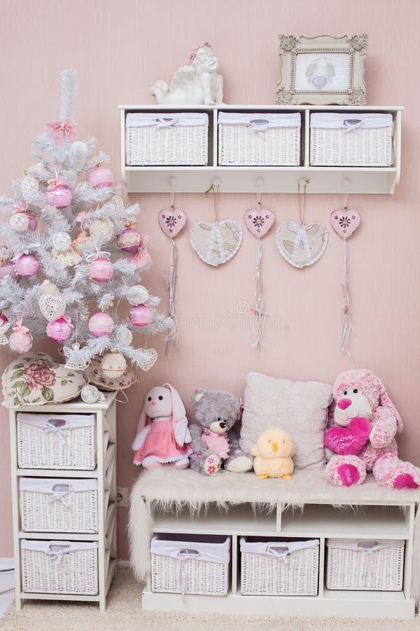 Woonkamer van Kerstmis de gevoelige kleuren met sjofele elegante boom royalty-vrije stock fotografie