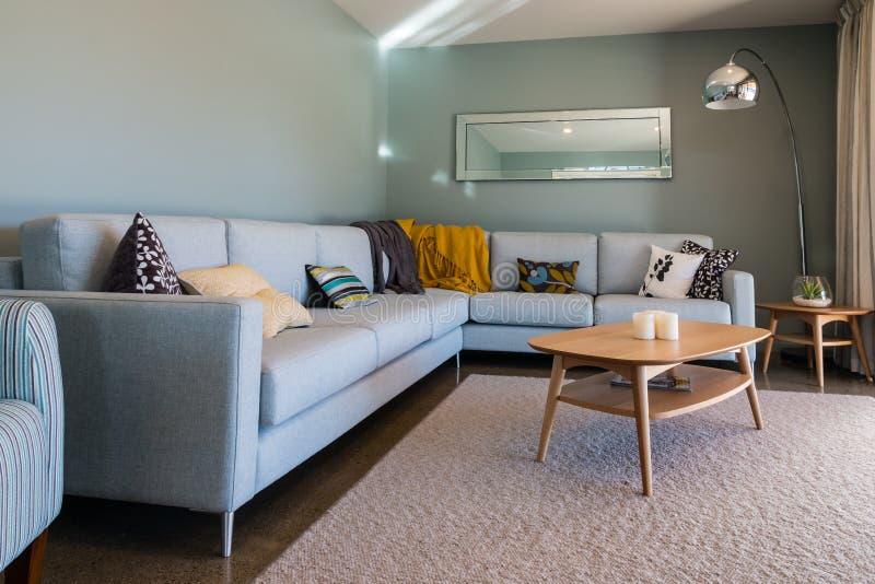 Woonkamerbinnenland met lichtblauw meubilair stock fotografie