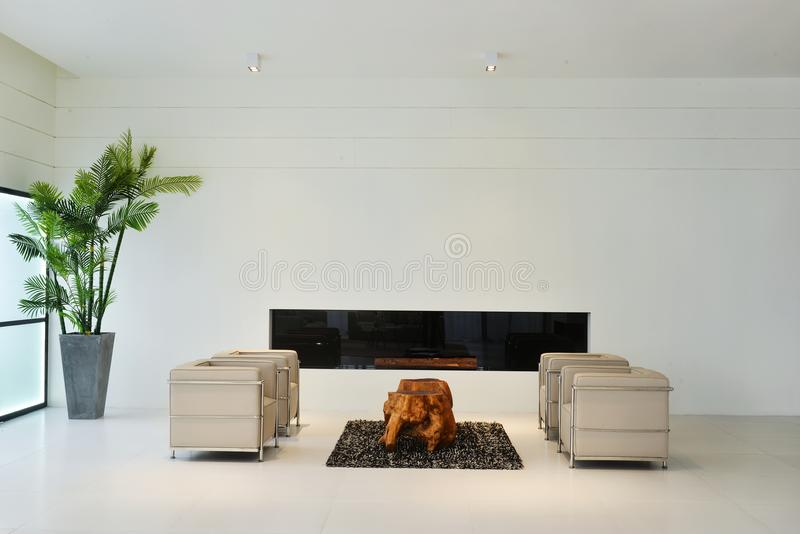 Woonkamerbinnenland van modern huis stock afbeelding