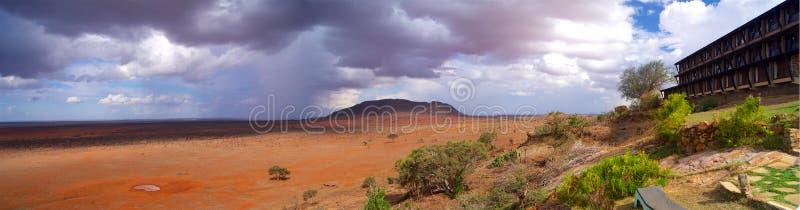 Woonplaats in savanne in het panorama van Afrika Kenia extra wijd in buitengewoon hoge resolutie stock foto
