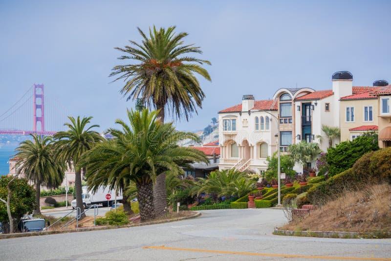 Woonstraat in de Overzeese Klippenbuurt, San Francisco, Californië stock foto's