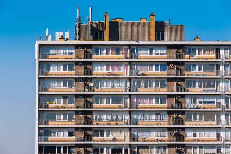 Woontoren met flats stock afbeelding