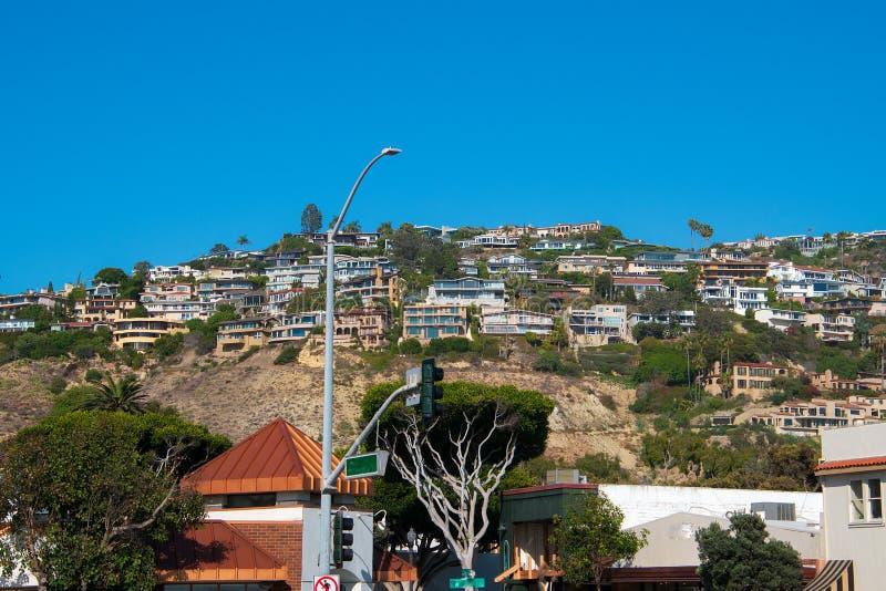 Woonwijk aan de kant van een berg met een blauwe hemelachtergrond royalty-vrije stock foto