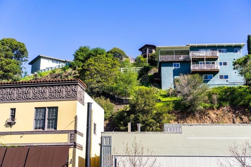 Woonwijk met huizen op een heuvel San Rafaël, de baaigebied van de provincie van Marin, Noord-San Francisco, Californië worden ge royalty-vrije stock afbeelding