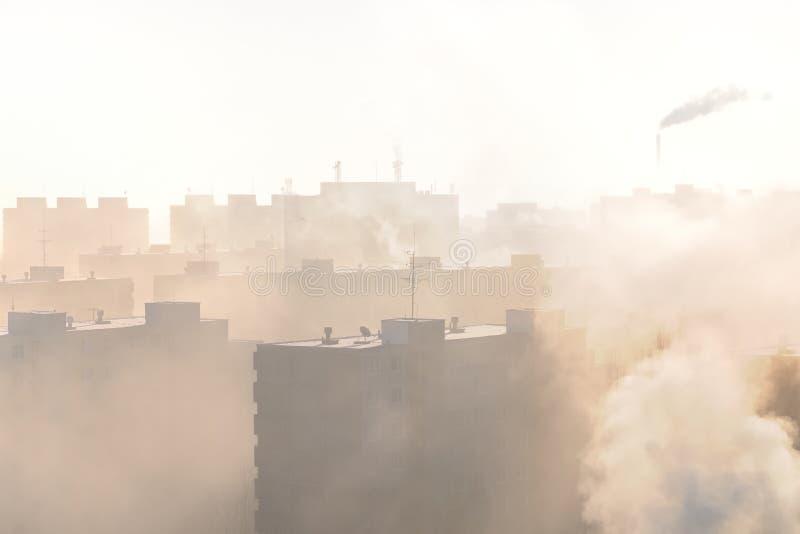 Woonwijk in mist en smog royalty-vrije stock afbeelding