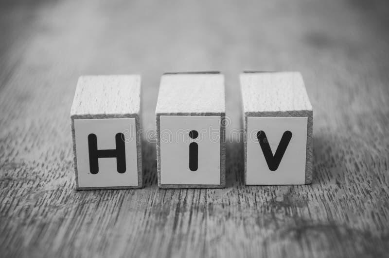 woord op houten kubus op houten bureauconcept als achtergrond - HIV royalty-vrije stock foto
