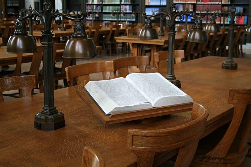 Woordenboek in Bibliotheek stock afbeelding