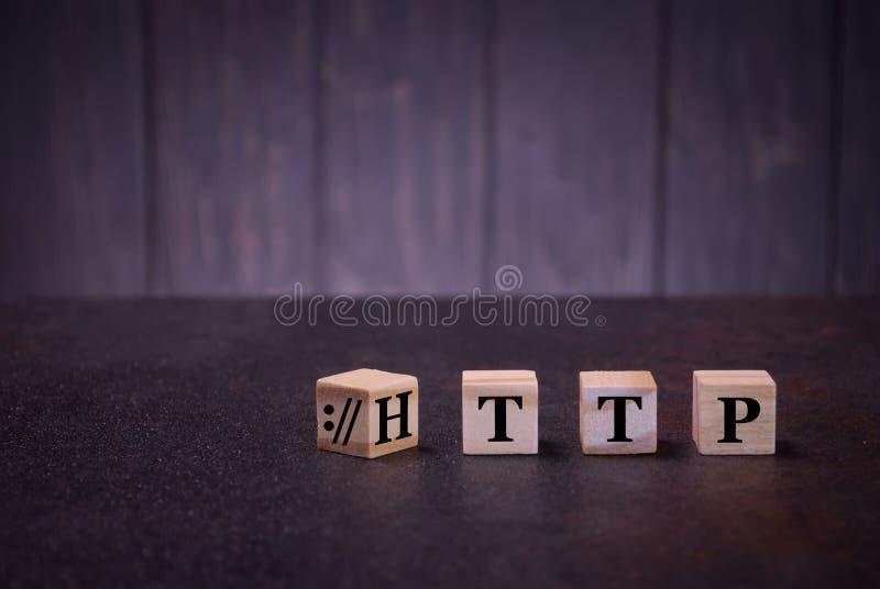 Woordhttp op houten kubussen, op een donkere achtergrond, steekt houten kubussentekens, symbolentekens aan stock fotografie