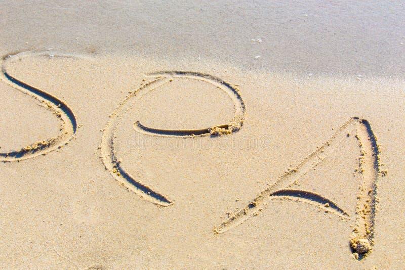 woordoverzees een zand stock afbeelding