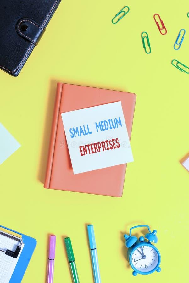 Woordschrijvende tekst Kleine middelgrote ondernemingen Bedrijfsconcept voor bedrijven met minder dan duizend werknemers Flat lay stock afbeelding
