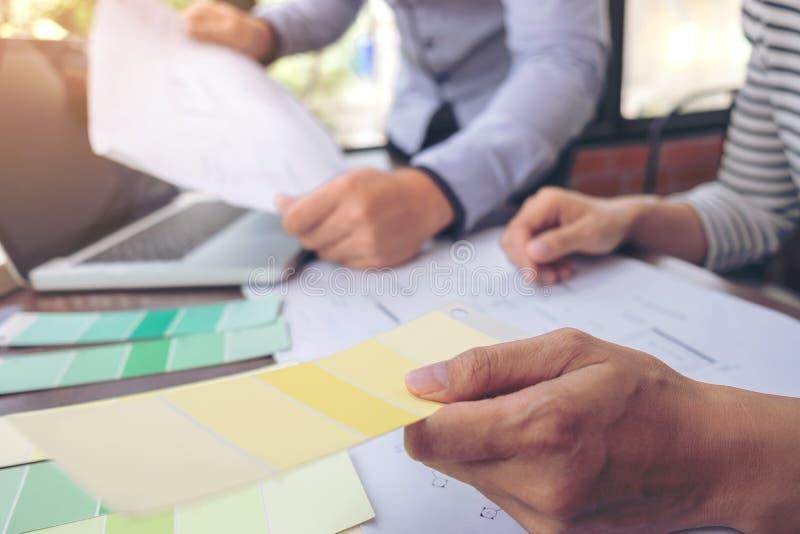 Wor график-дизайнера творческих способностей 2 коллег внутреннее творческое стоковые изображения