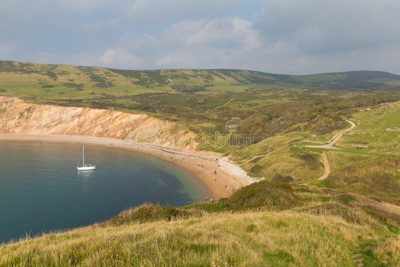 Worbarrow fjärdöst av den Lulworth lilla viken och nära Tyneham på den Dorset kusten England UK med yachten arkivbild