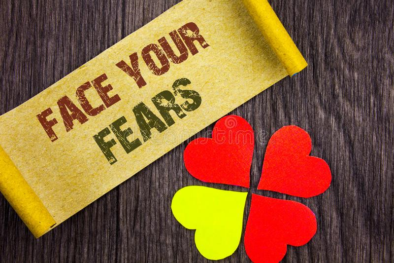 Word, écriture, visage des textes vos craintes Bravoure courageuse de photo de défi de crainte de confiance conceptuelle de Foura photo libre de droits