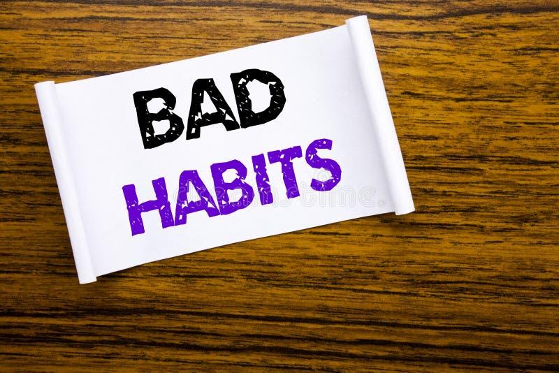 Word, écrivant des mauvaises habitudes Concept d'affaires pour la coupure Hebit habituel d'amélioration écrit sur le papier de no photographie stock