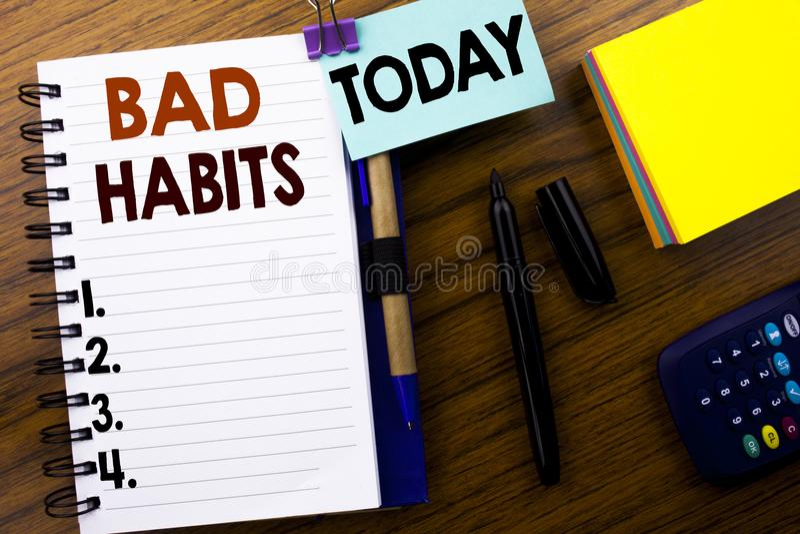 Word, écrivant des mauvaises habitudes Concept d'affaires pour la coupure Hebit habituel d'amélioration écrit sur le papier de no photo stock