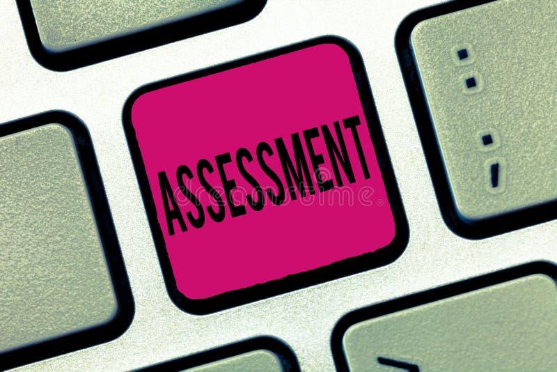 Word écrivant l'évaluation des textes Concept d'affaires pour juger l'importance décisive de qualité de valeur de quantité de que photo stock