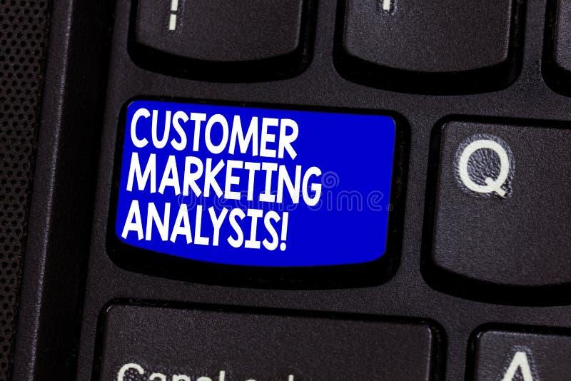Word écrivant l'analyse des marchés de client des textes Concept d'affaires pour l'évaluation des données liées au besoin de clie photos stock