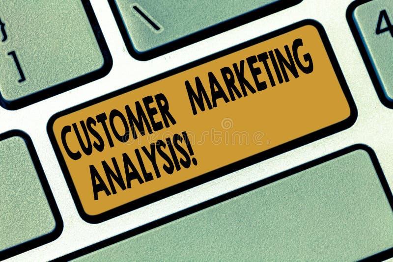 Word écrivant l'analyse des marchés de client des textes Concept d'affaires pour l'évaluation des données liées au besoin de clie photo stock