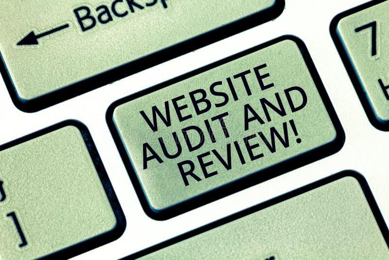 Word écrivant l'audit et l'examen de site Web des textes Concept d'affaires pour l'évaluation de la clé de clavier de révision de image stock