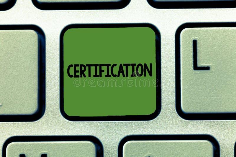 Word écrivant la certification des textes Concept d'affaires pour fournir à quelqu'un le document officiel certifiant à un statut photo stock