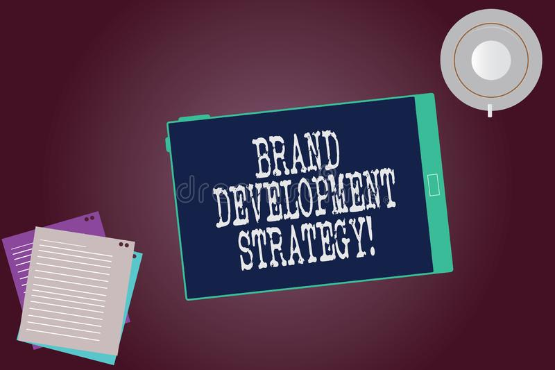 Word écrivant la stratégie de développement de marque des textes Le concept d'affaires pour l'analyse et la planification de la m image libre de droits