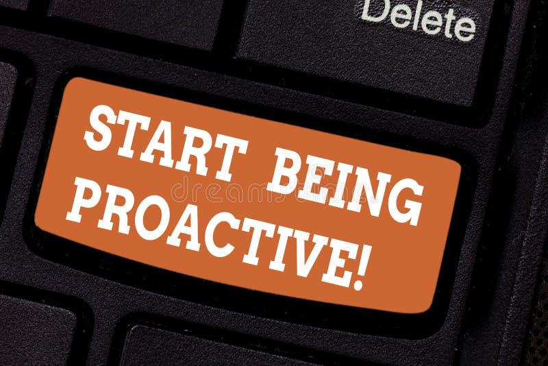 Word écrivant le début des textes étant proactif Concept d'affaires pour des situations de contrôle en faisant produire des chose photos stock