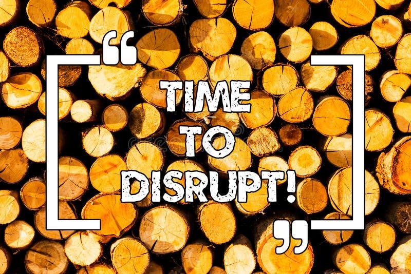 Word écrivant le temps des textes de perturber Concept d'affaires pour l'instant d'en bois requis par innovation de rupture en ce images stock