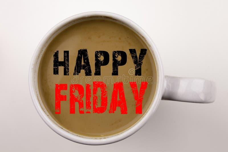 Word, écrivant le texte heureux de vendredi en café dans la tasse Concept d'affaires pour l'annonce de salutation sur le fond bla image libre de droits