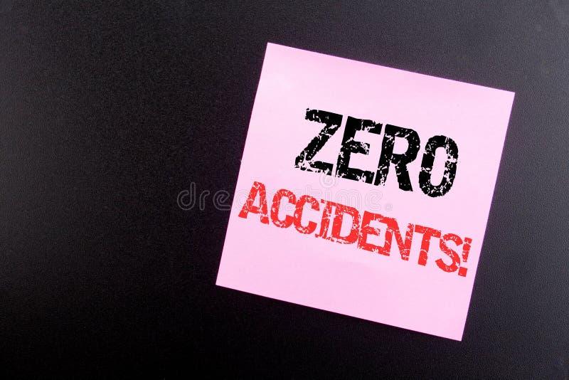 Word, écrivant les accidents zéro Concept d'affaires pour le risque de sécurité au travail écrit sur la note collante, fond noir  photo stock