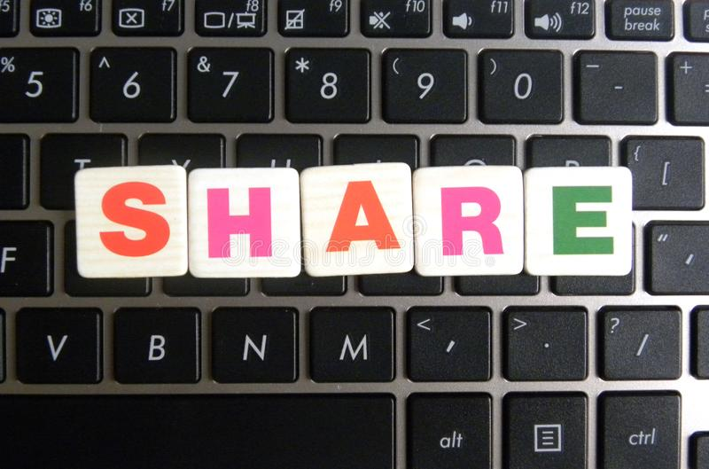 Word Aandeel op toetsenbordachtergrond stock fotografie