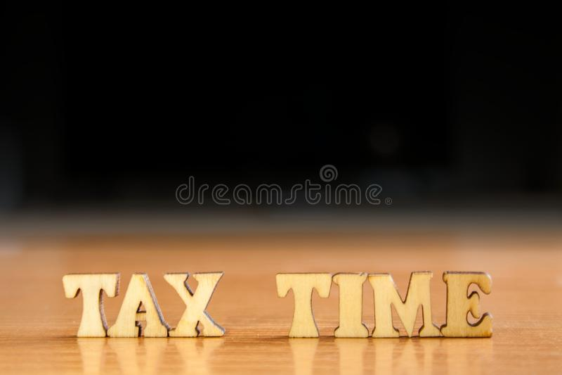 Word belastingstijd stock foto