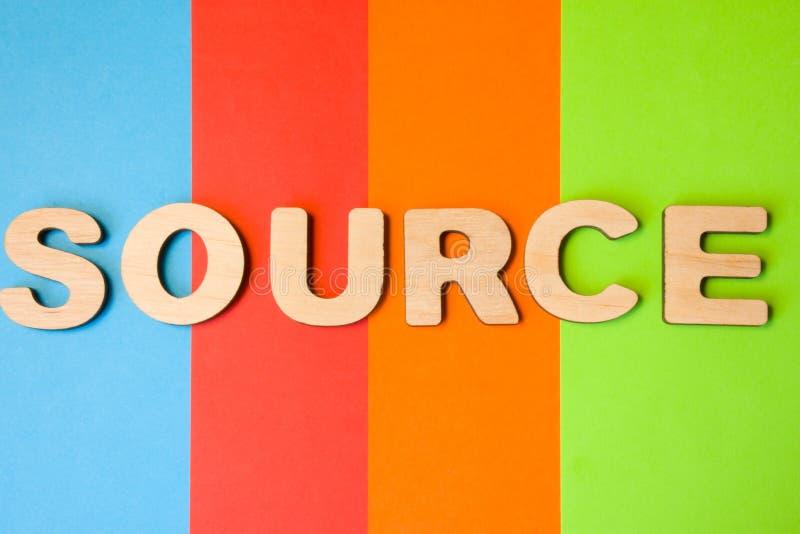 Word Bron van grote houten brieven op gekleurde achtergrond van 4 kleuren: blauw, sinaasappel, rood en groen Gebruik van woordbro royalty-vrije stock foto