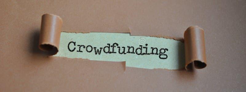 Word ` Crowdfunding ` op papier stock fotografie