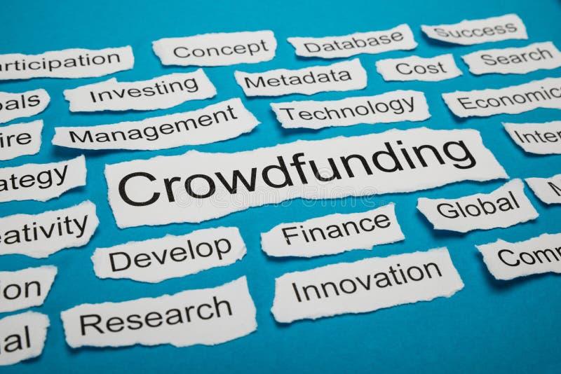 Word crowdfunding sur le morceau de papier déchiré photo stock