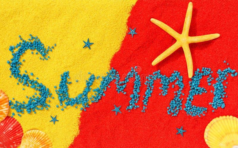 Word de 'zomer 'wordt opgemaakt van arduinstenen op kleurenzand royalty-vrije stock afbeeldingen