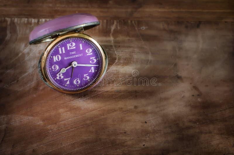 Word de gestion du temps sur la rétro horloge image stock