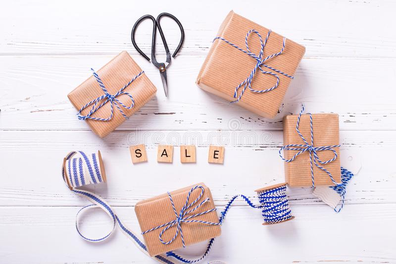 Word de verkoop van houten blokken en giftdozen met stelt voor, blauw royalty-vrije stock foto