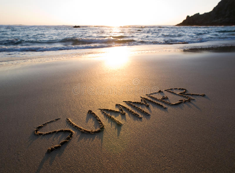 Word de zomer in het zand wordt geschreven dat royalty-vrije stock fotografie