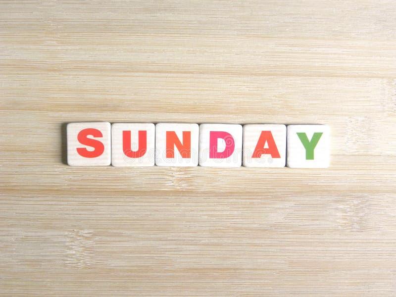 Word dimanche sur le fond en bois images libres de droits