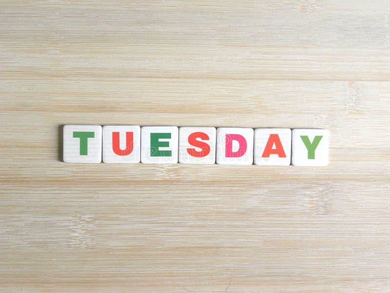Word Dinsdag op houten achtergrond stock foto's