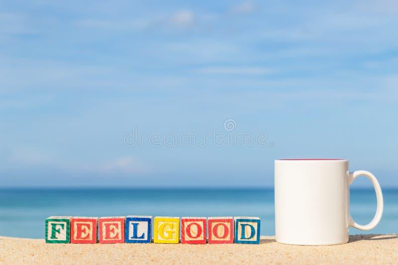 Word FEELGOOD dans les blocs colorés d'alphabet sur la plage tropicale photos stock