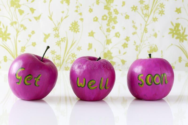 Word goed spoedig kaart met met de hand geschilderde appelen stock afbeeldingen